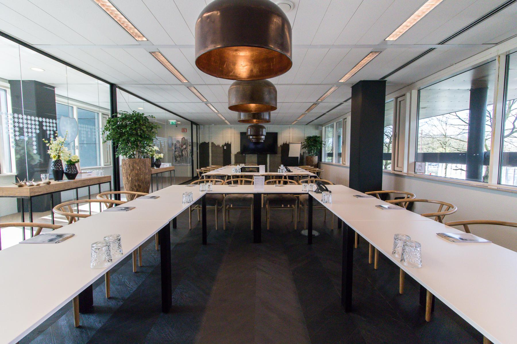 Grote vergaderruimte van kantoorruimte
