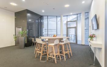 Soziales Herz im modernen Business Center in Wien