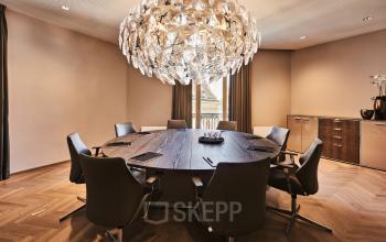 Stilvoller Meetingraum der Immobilie in Wien