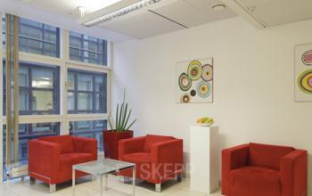 Farbenfrohe Business Lounge im Bürogebäude in Wien