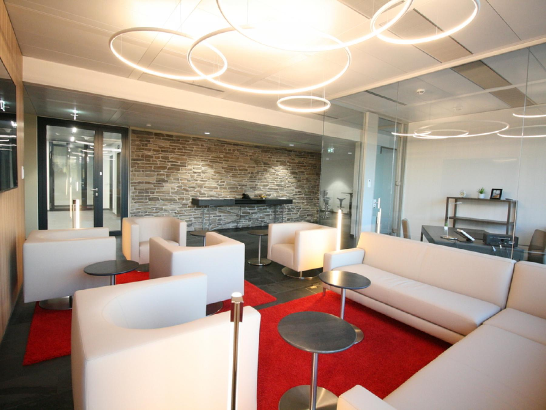 Moderne Business Lounge im Bürogebäude in Wien