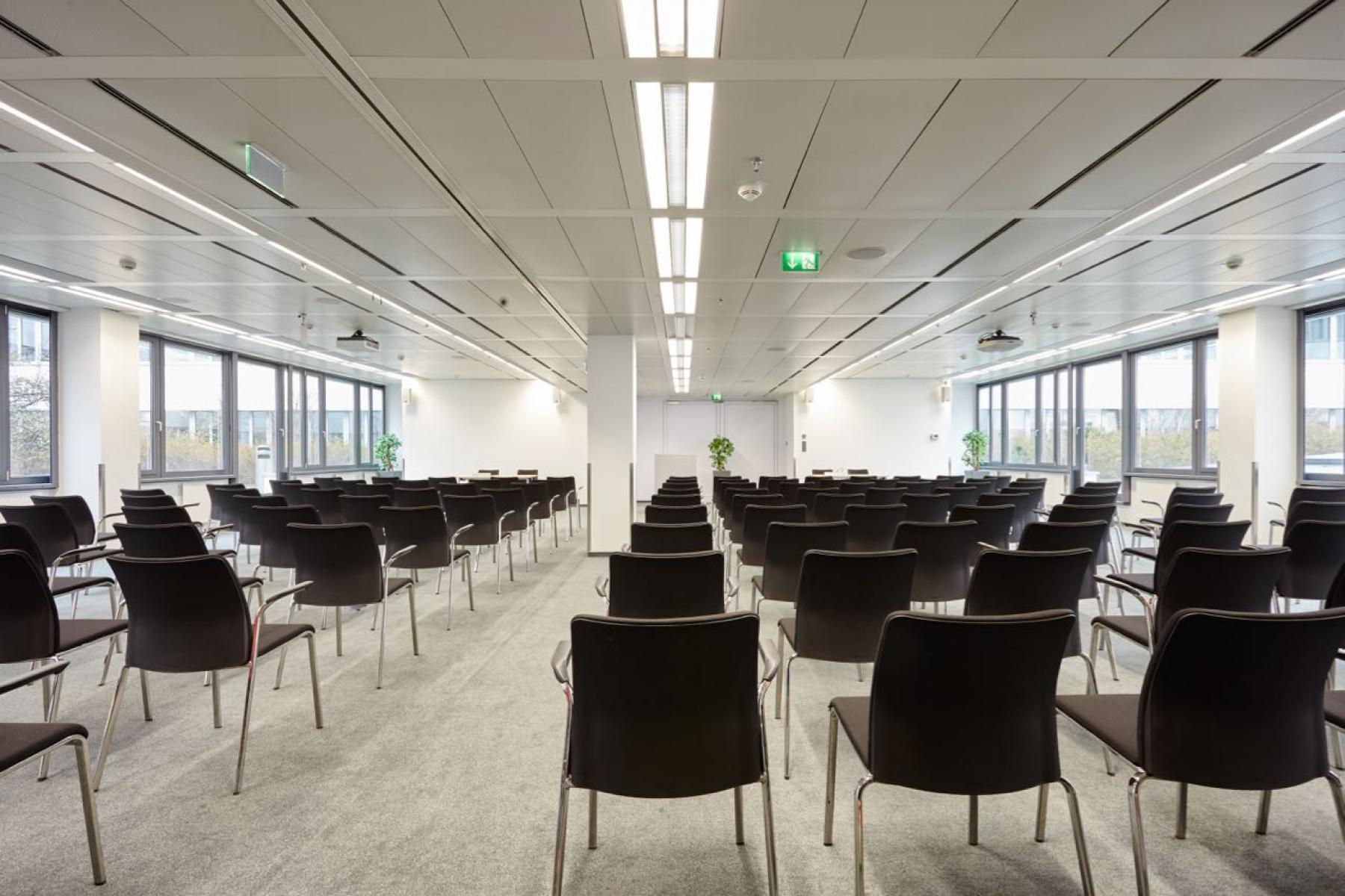 Helle Aula im Business Center in Wien