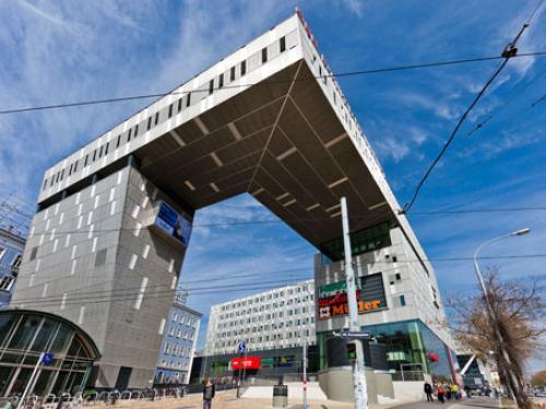 Beeindruckende Außenansicht des Bürogebäudes am Europaplatz in 1150 Wien