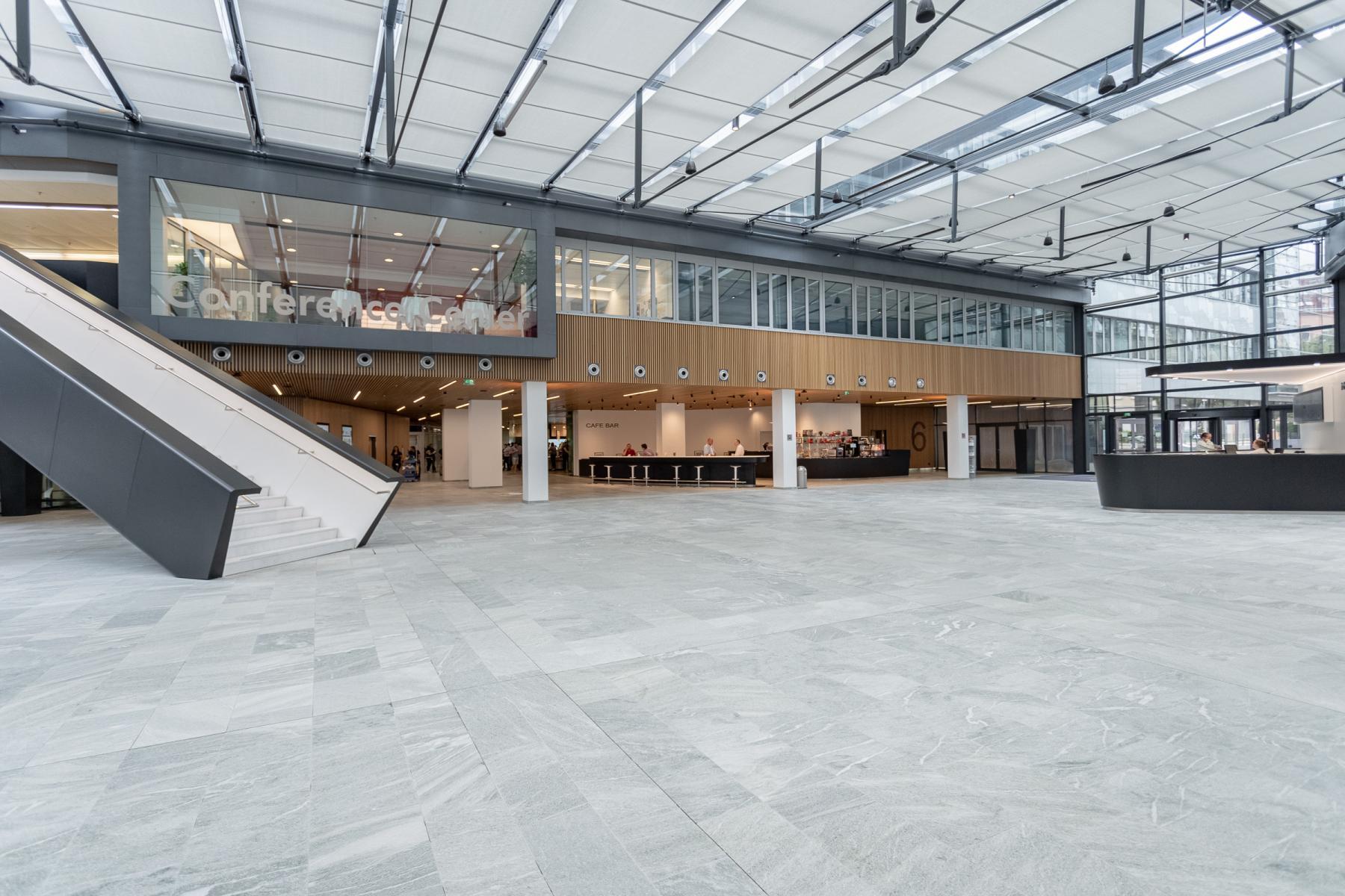 Grosszuegige Eingangshalle des Bürogebäudes Wien Mariahilf