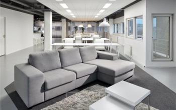 loungeruimte grijze bank tafel lezen algemene ruimte kantoorruimte huren amsterdam zuidoost