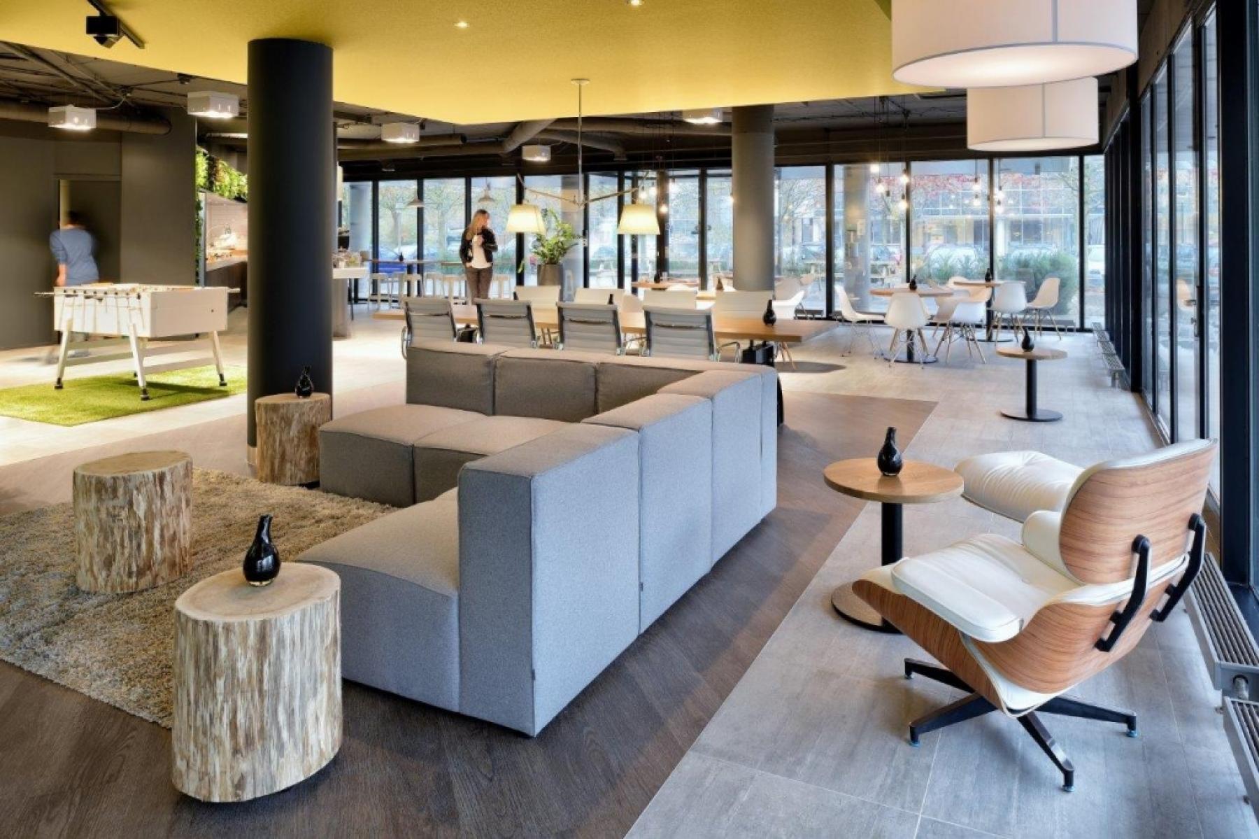 kantoorgebouw amsterdam zuidoost loungeruimte ontspanning banken tafels stoelen lezen tafelvoetbal