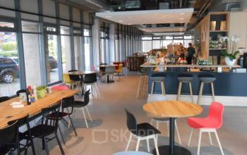 lunchruimte amsterdam zuidoost kantoor catering ontbijt lunch tafel stoelen restaurant