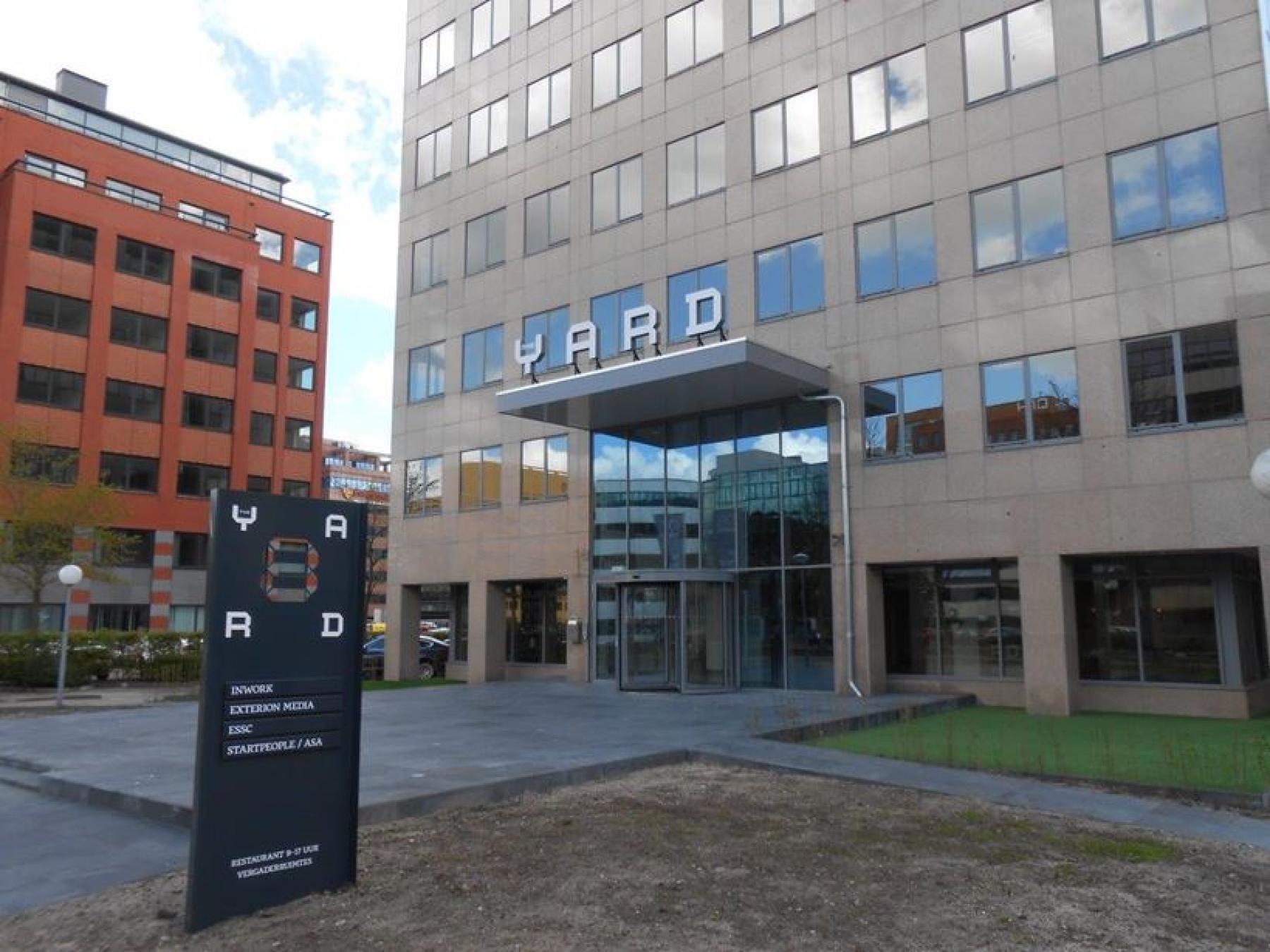ingang kantoorgebouw amsterdam zuidoost ramen entree