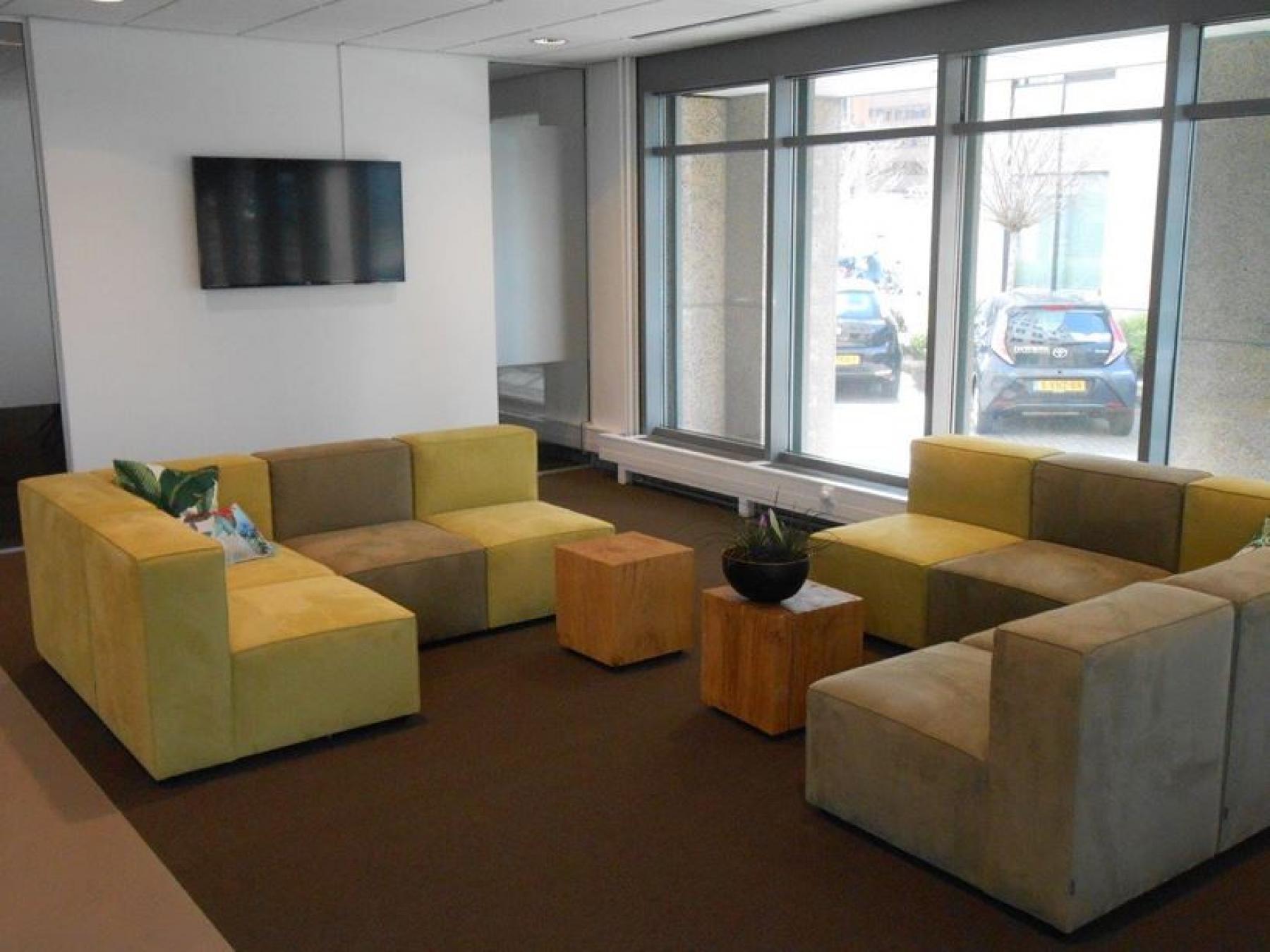 lounge banken tafel televisie loungeruimte amsterdam zuidoost informele setting kantoor