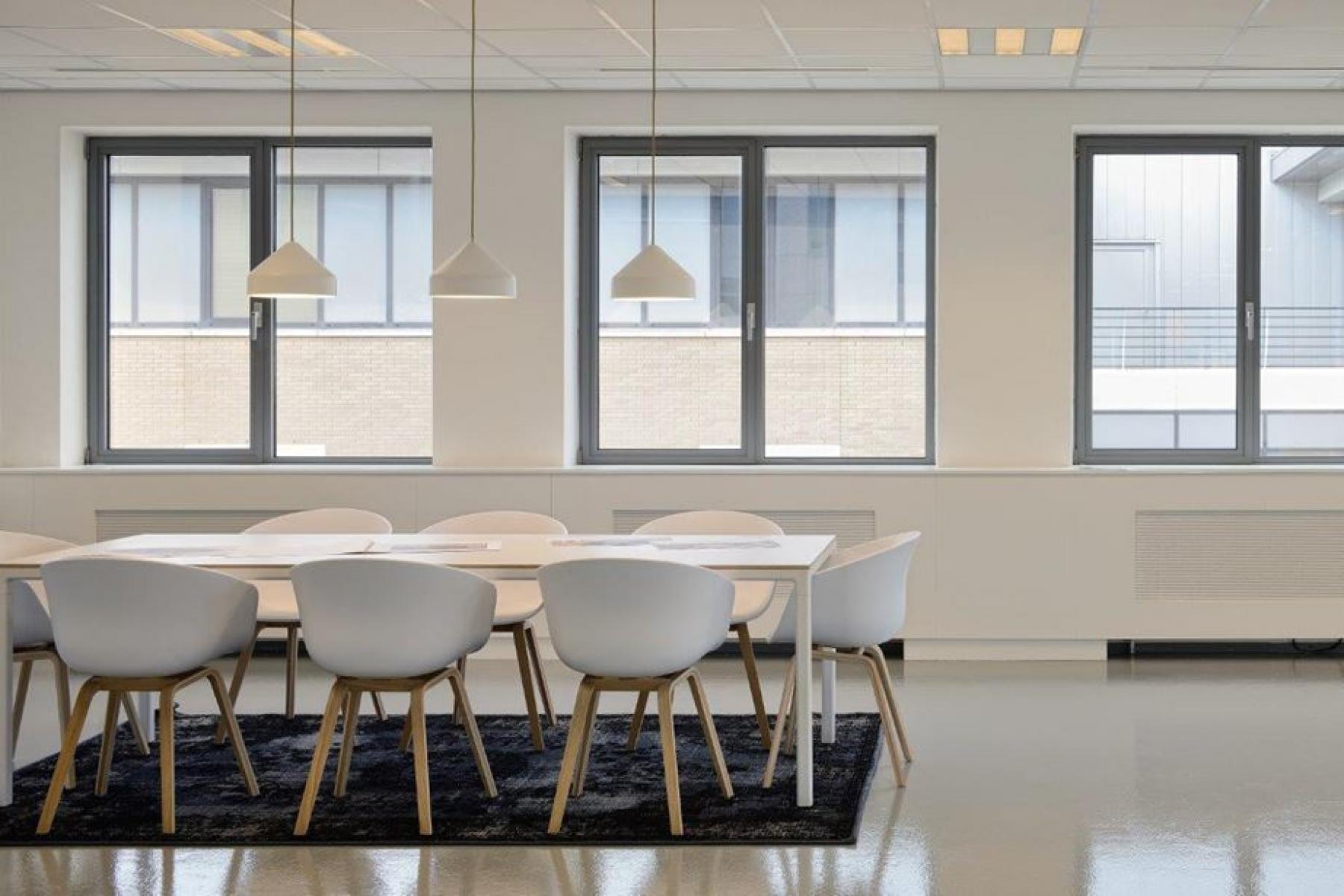 witte vergaderruimte tafel stoelen amsterdam zuidoost karspeldreef uitzicht SKEPP