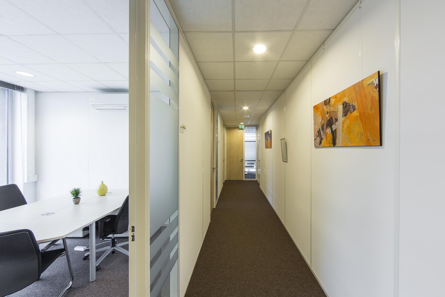 kantoorruimte huren almere centrumlocatie busplein gang gemeubileerde kantoorkamer schilderij