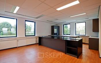moderne pantry aanwezig in het kantoorgebouw in almere
