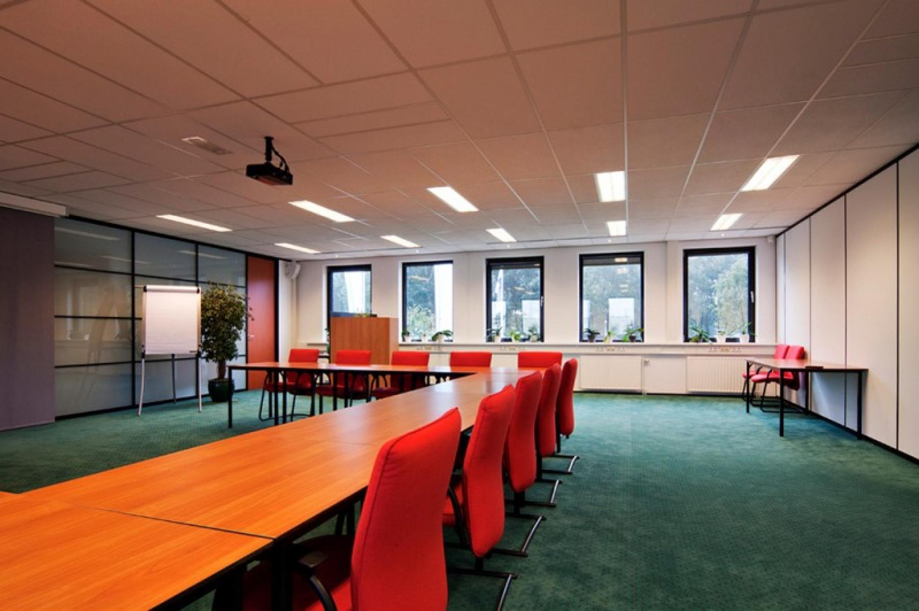 vergaderzaal met flipover beschikbaar bij het huren van kantoorruimte in dit kantoor in almere