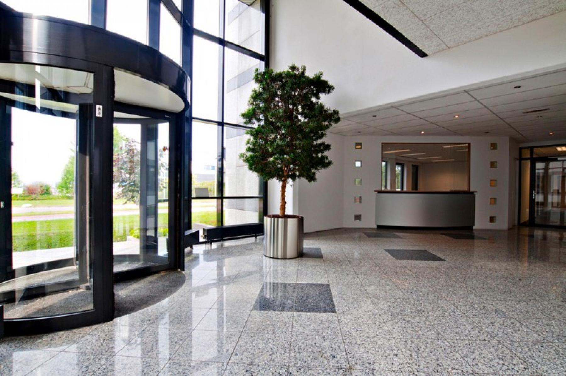 entree met uitstraling en planten aanwezig, fijne binnenkomst in dit representatieve kantoorgebouw in Almere