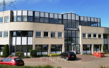 kantoorpand kantoorgebouw voorgevel parkeerplaats Almere