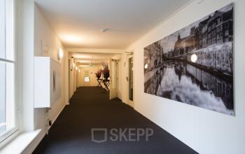 kantoor amsterdam keizersgracht vloerbedekking muurschilderij ramen uitzicht kantoorruimte beschikbaar