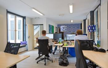 gemeubileerde kantoorkamer personen ingericht afgesloten raam uitzicht grachtenpand amsterdam