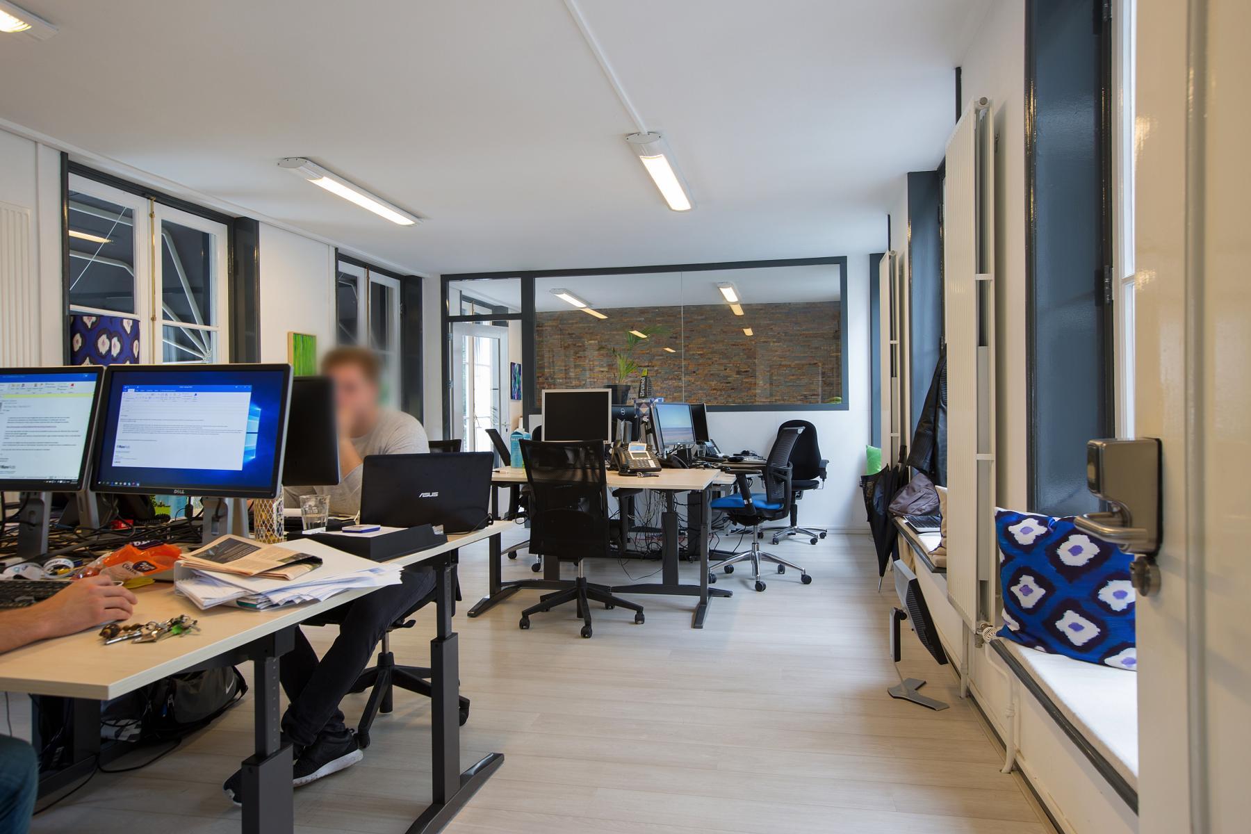 ingerichte afgesloten kantoorkamer personen bureau ramen amsterdam keizersgracht