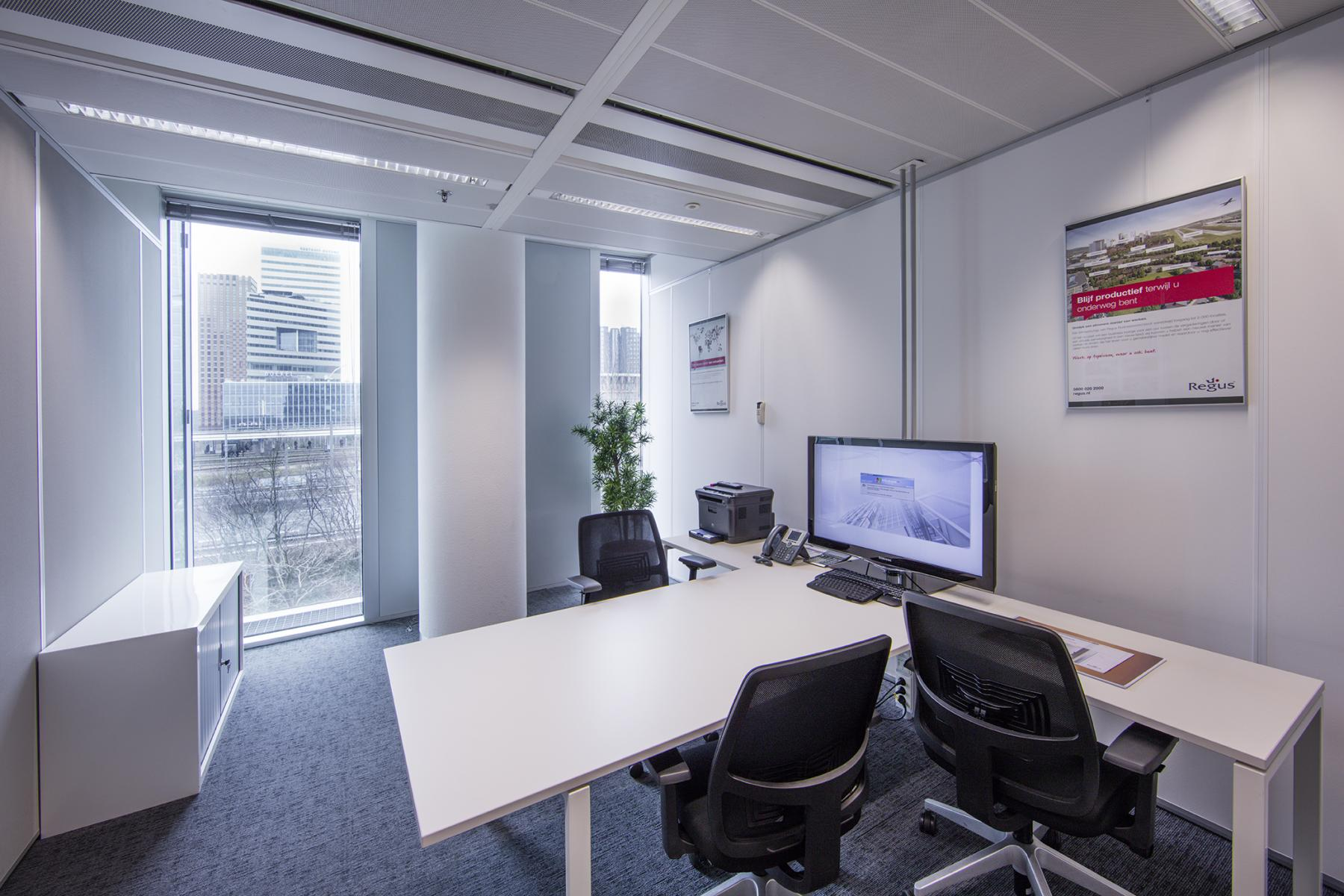 bureau tafel stoelen ingericht ramen uitzicht wtc amsterdam kantoor zuidas zuidplein huur SKEPP