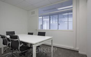 vergaderruimte kantoor Amsterdam Singel raam meubilair
