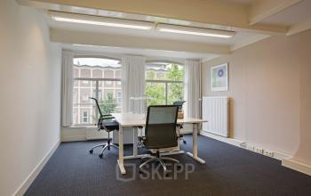ingerichte afgesloten kantoorkamer amsterdam herengracht meubilair vloerbedekking raam uitzicht