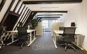 kantoor herengracht amsterdam ingericht tafel stoelen raam verdieping