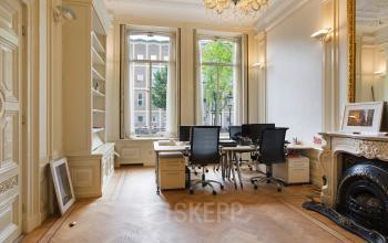 kantoorruimte ingericht afgesloten gemeubileerd raam uitzicht parket gordijnen