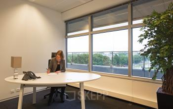 kantoorkamer te huur amsterdam zuid zuidas strawinskylaan ingericht afgesloten gemeubileerd uitzicht
