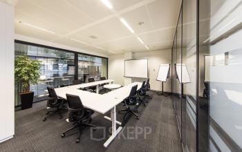 tafel stoelen plant raam presentatie presentatiebord
