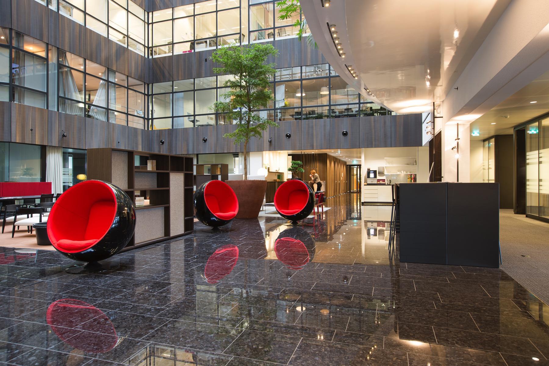 loungestoelen begane grond verdieping kantoorgebouw amsterdam zuidas
