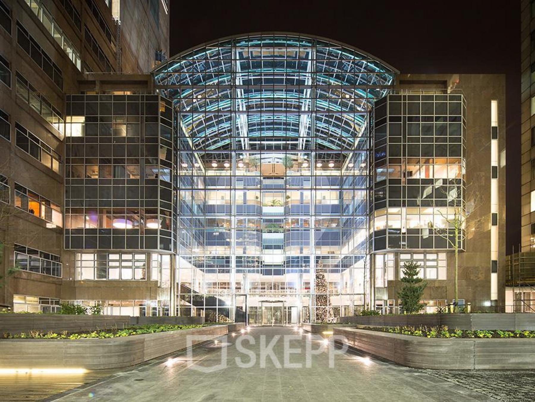 buitenzijde kantoorgebouw amsterdam zuid zuidas lichtinval donker modern amsterdam strawinskylaan