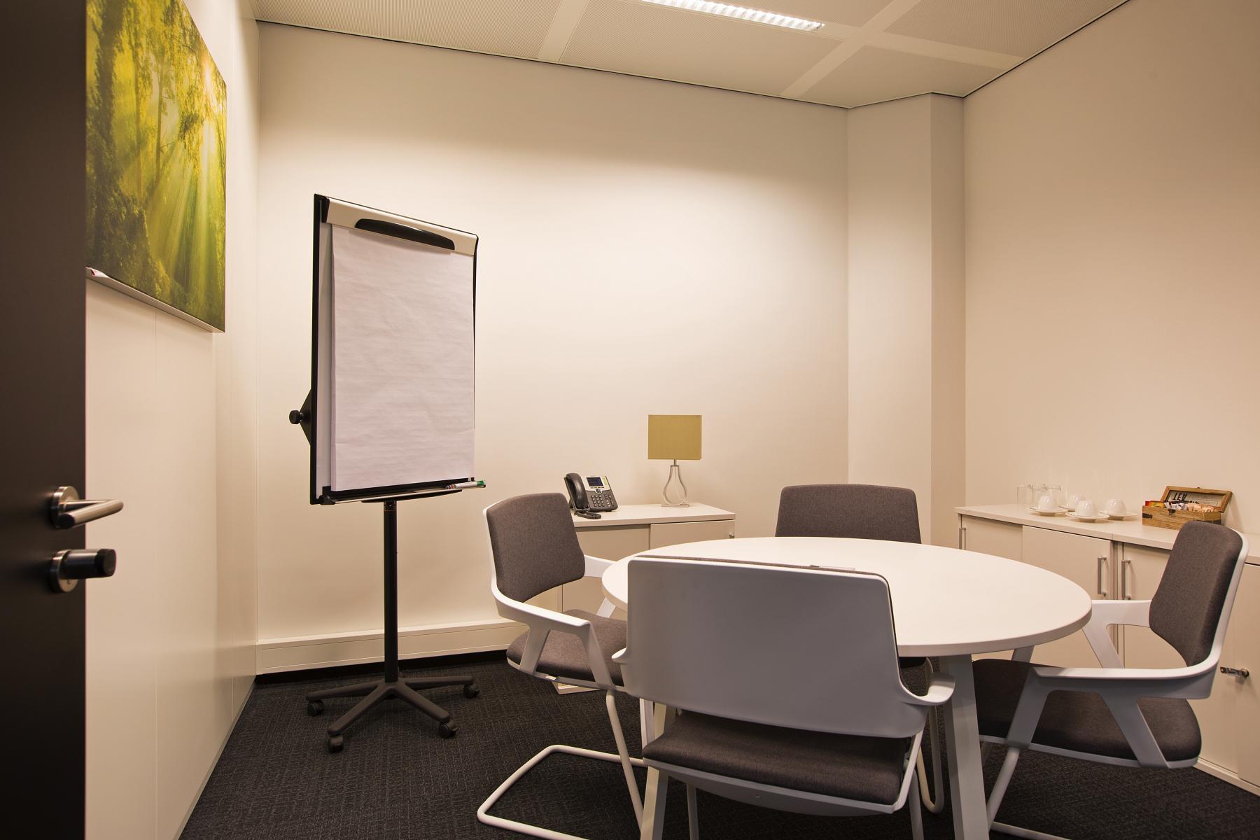 spreekruimte vergaderruimte presentatieruimte ingericht gemeubileerd presentatiemogelijkheden amsterdam zuid zuidas strawinskylaan