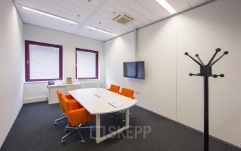 vergaderruimte tafel stoelen presentatiemogelijkheden kapstok amsterdam sloterdijk