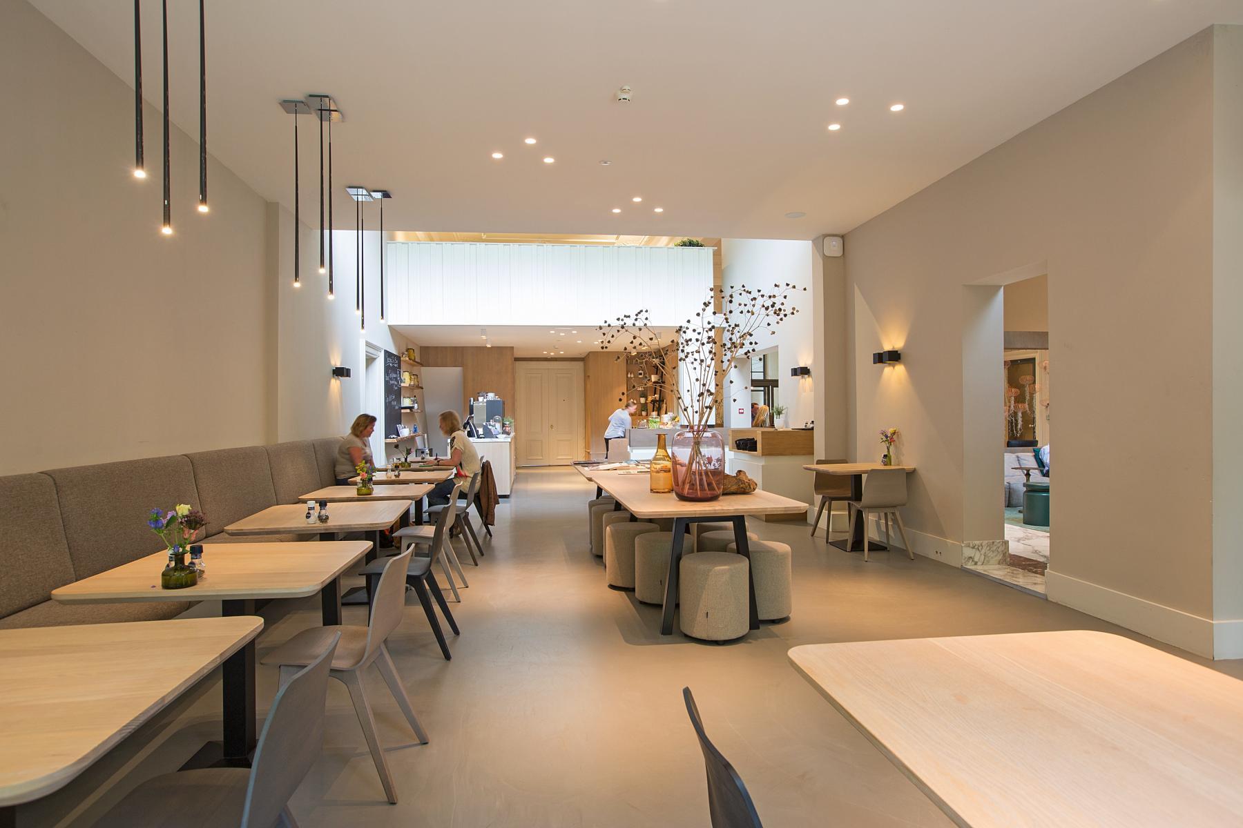 lounge amsterdam herengracht kantoorruimte huren bank tafel lamp