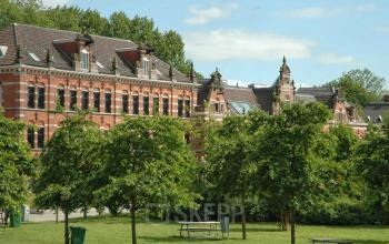 buitenzijde kantoorpand Amsterdam nabij Westerpark met groene omgeving
