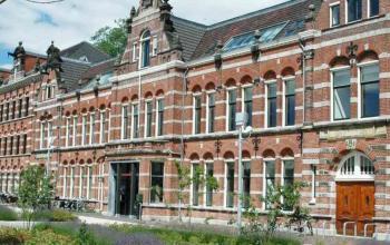 vooraanzicht entree kantoorpand Haarlemmerweg bij Westerpark