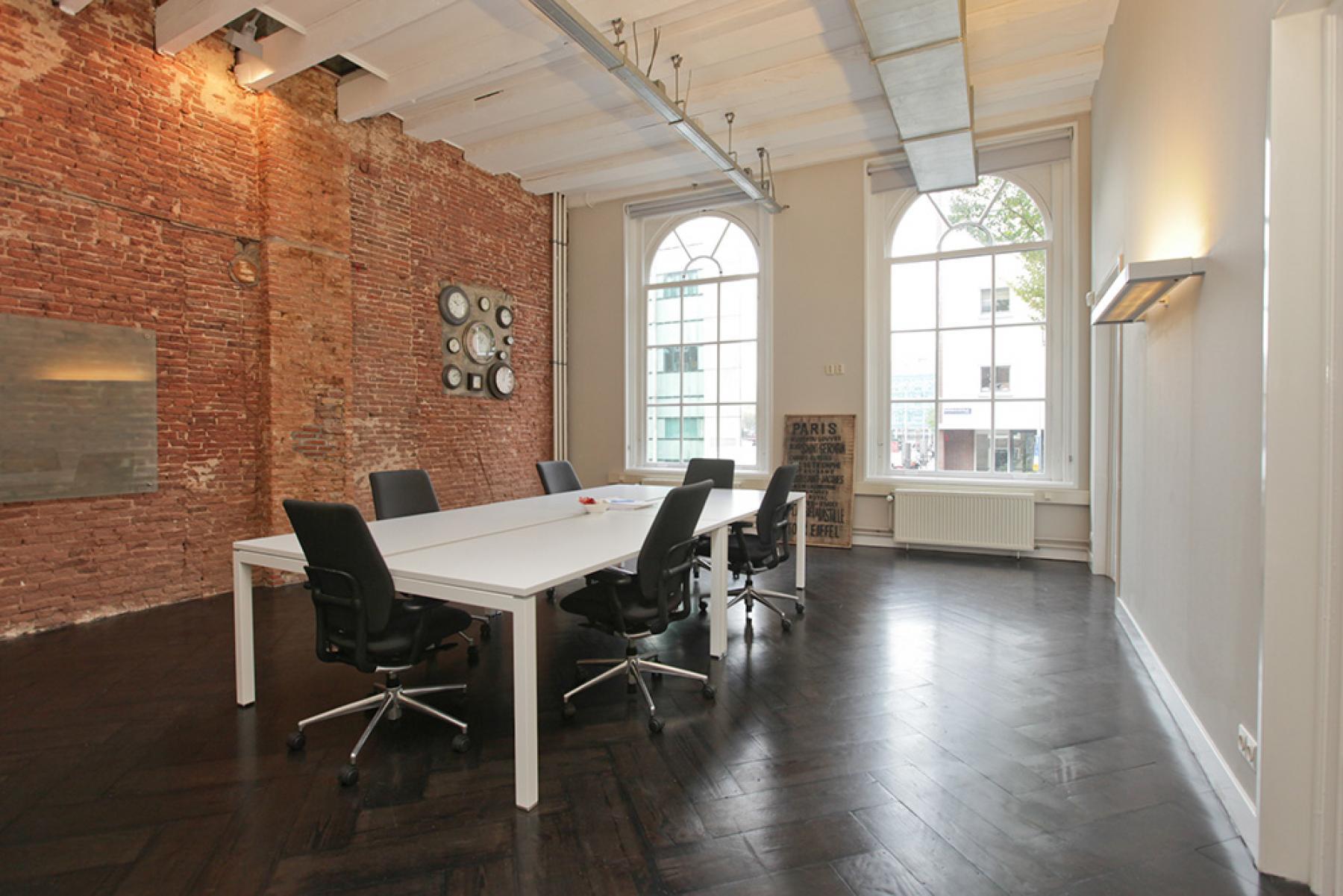 ingerichte vergaderruimte met bureaustoelen en tafel te huur in amsterdam centrum