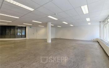 kantoorruimte op maat leeg wit paal ramen kantoorgebouw amsterdam centrum