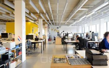 gemeubileerde werkplekken kantoorruimte amsterdam amstel business park bureau's stoelen medewerkers
