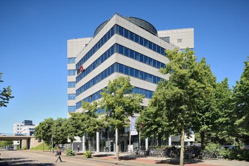 kantoorgebouw amsterdam overschiestraat bomen buitenzijde fietsenstalling
