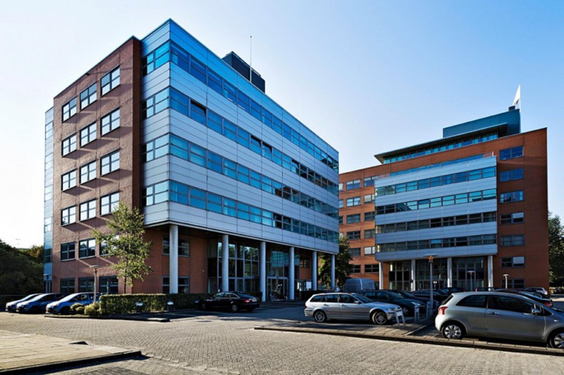 buitenkant kantoorgebouw Amsterdam Entrada ramen omgeving