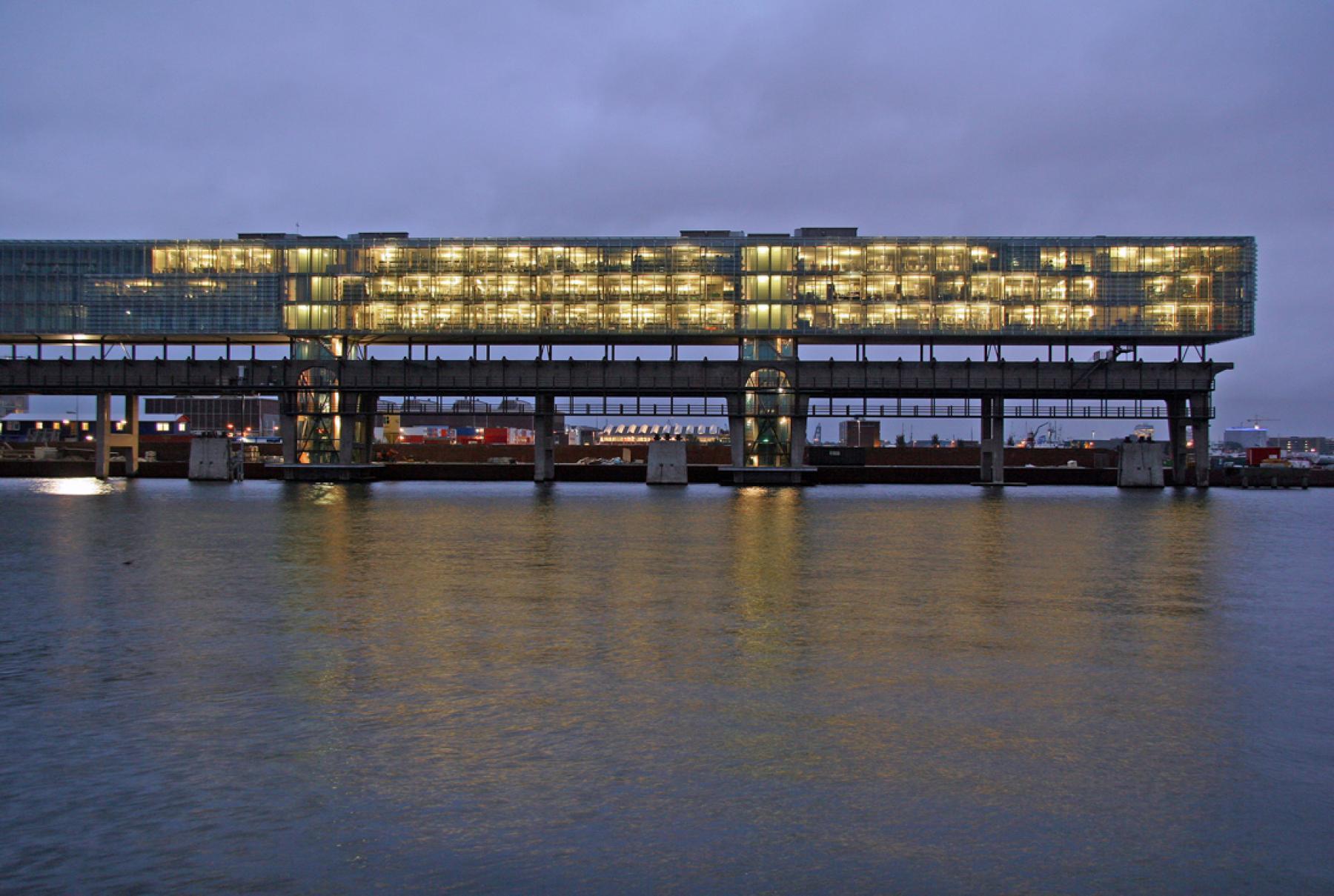 buitenzijde kantoorgebouw kraanspoor amsterdam parkeerruimte ij