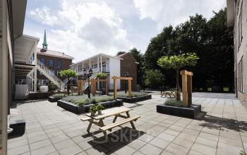 binnentuin horeca bedrijfsrestaurant tafels bomen