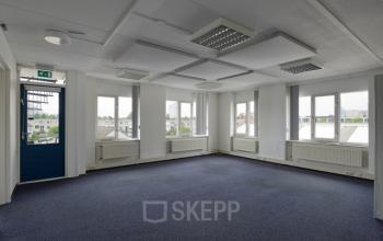 kantoorruimte op maat vloerbedekking ramen uitzicht kantoorpand arnhemseweg apeldoorn