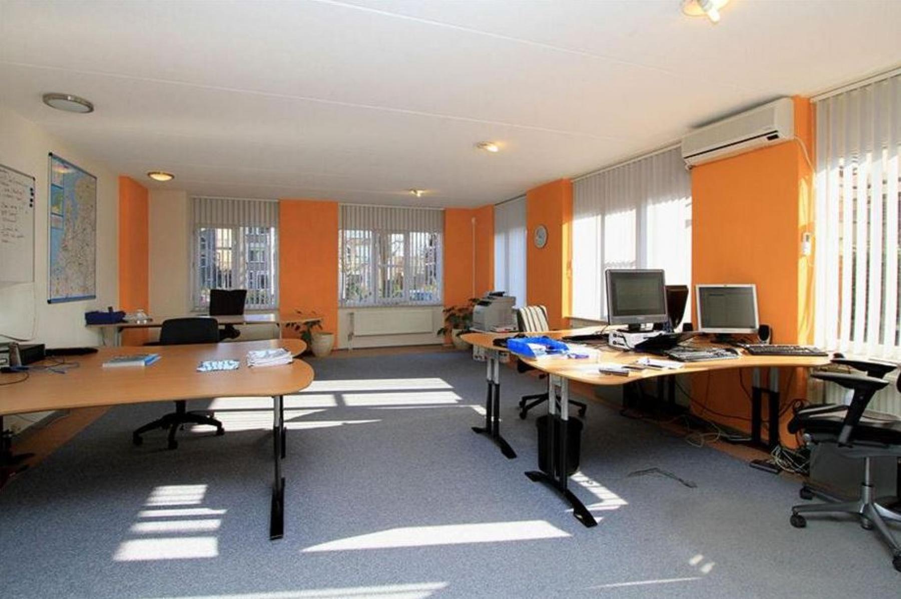 ingerichte gemeubileerde kantoorkamer apeldoorn arnhemseweg bureau's tafels stoelen printer ramen vloerbedekking uitzicht muren