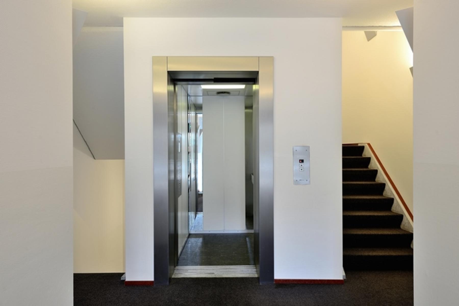 personenlift trappenhuis vloerbedekking muren kantoor apeldoorn huren kantoorruimte kantoorkamer SKEPP