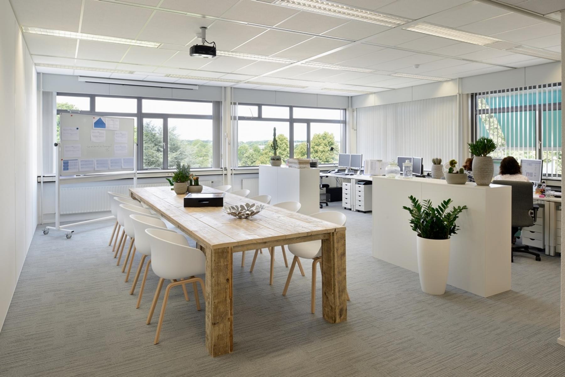 kantoor apeldoorn ingericht meubilair tafel stoelen bureau's raam uitzicht SKEPP