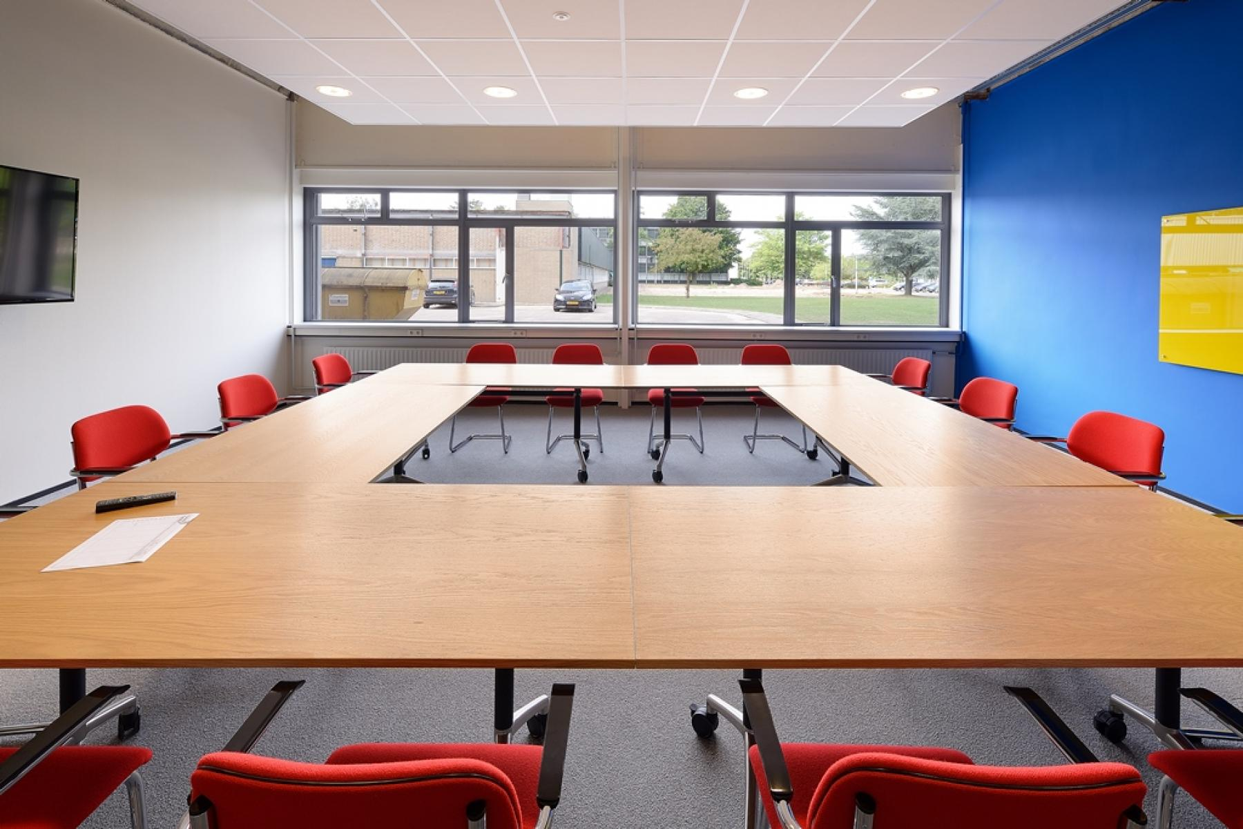 vergaderruimte apeldoorn kantoorpand vergaderzaal presentatiemogelijkheden raam uitzicht