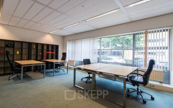 Flexdesks in light and spacious office space