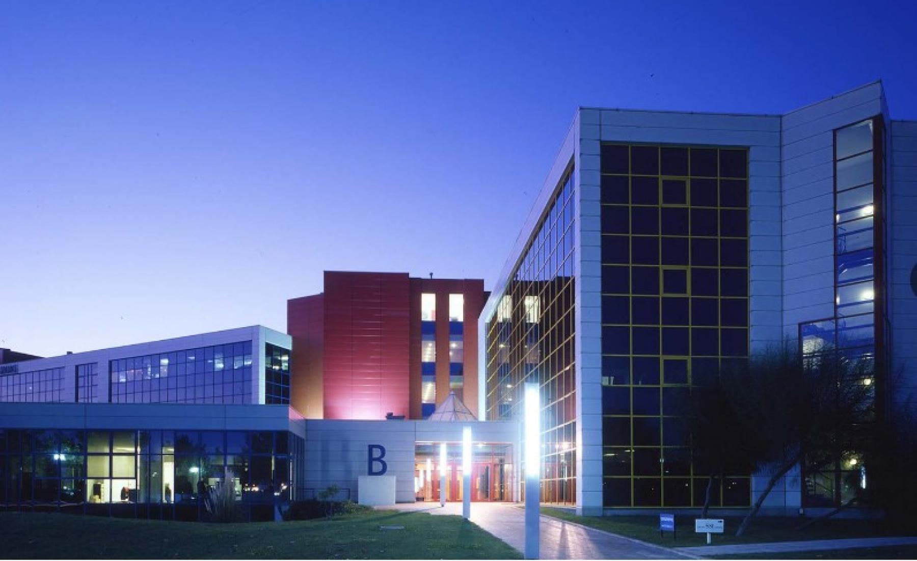 Una vista nocturna del edificio de oficinas en Muntadas I